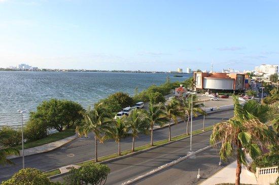 NYX Hotel Cancun: Вид с террасы на ТЦ