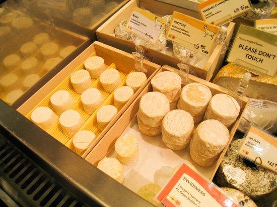 Ferry Plaza Farmer's Market: 人気のチーズショップで試食もできました