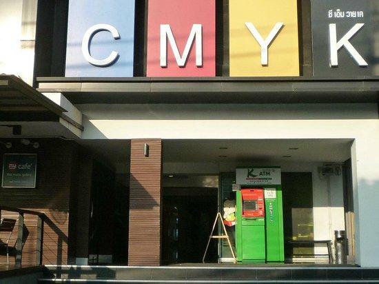 Myhotel Cmyk@Ratchada: 入口。カラフルな色彩のホテル名看板。