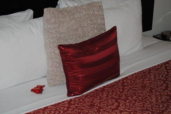 Salerno Motel Apartments : Cuscino da night e cioccolatini