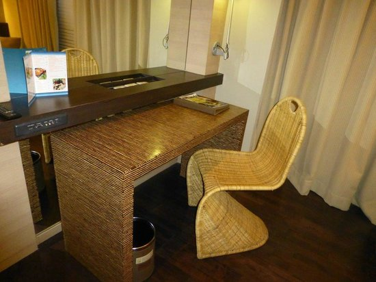 Novotel Manado Golf Resort & Convention Centre: nice desk