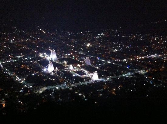 Tiruvannamalai, Inde : Arunachala temple from the to of the mountain.