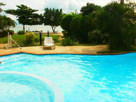 Rung Arun Resort: Piscine à 2 pas de la plage