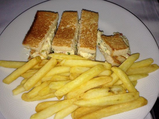 Tivoli Mofarrej - Sao Paulo: Have you ever seen a smaller Club sandwich in your life?‎