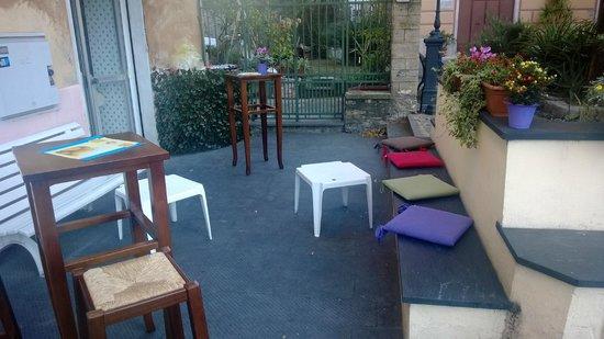 Focaccia in Piazzetta: Dehor con tavolini e panche