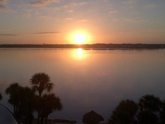 Clearwater Beach Marriott Suites on Sand Key: Sunrise from the balcony