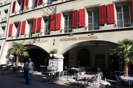 Hotel Goldener Schlussel: Вход в отель на Ратхаусгассе