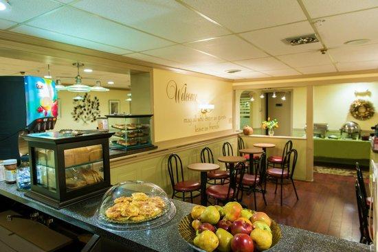 University Inn Academic Suites: Breakfast
