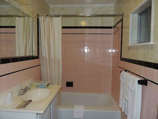 Colton Motel: Pink-tiled bathroom