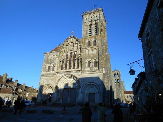 SY La Terrasse : côté droit la basilique, le SY BAR