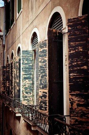 Hotel Torino: Вид (из коридора) окон соседних номеров. Там окна в пол со ставнями и кровати с балдахинами -)