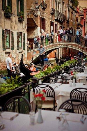 Hotel Torino: Ресторанчик и стоянка гондол возле отеля