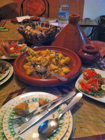 Riad Karim : Tajine di pollo, limone, patate, olive e spezie con insalata marocchina