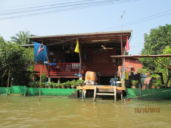 Wat Sai Floating Market: The houses