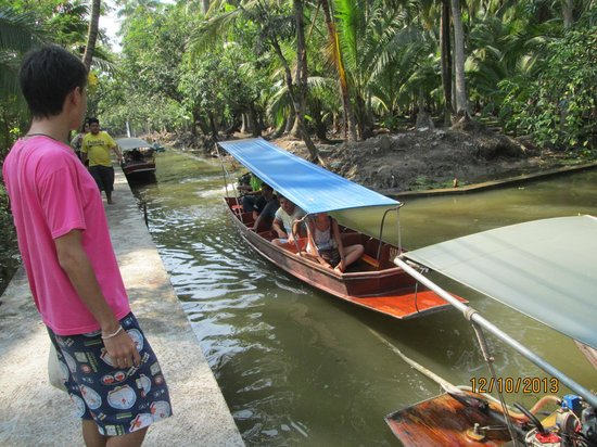 Wat Sai Floating Market: The waterway`s