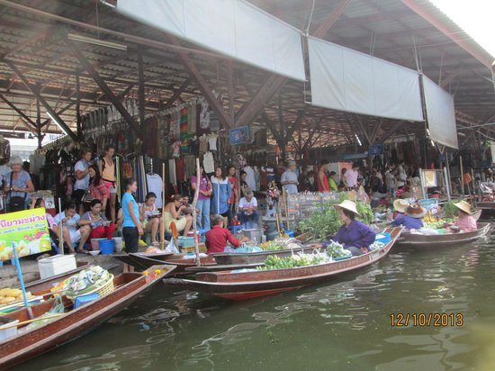 Wat Sai Floating Market: Local trader`s