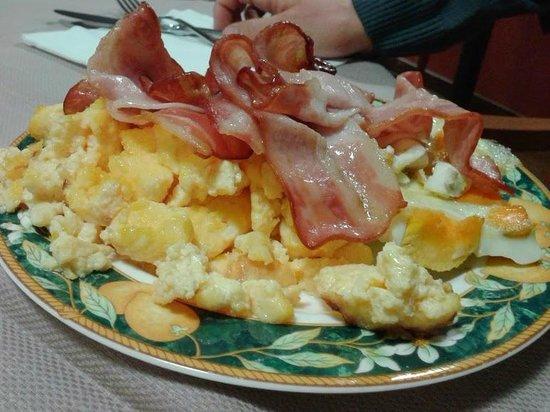 Antares Hotel: Uova e bacon a colazione