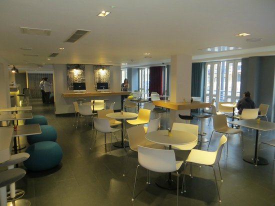 Holiday Inn Express London- Southwark: Lobby/breakfast area