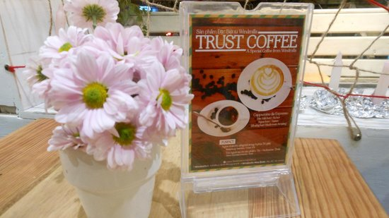 Windmills Cafe: fresh flowers of Dalat