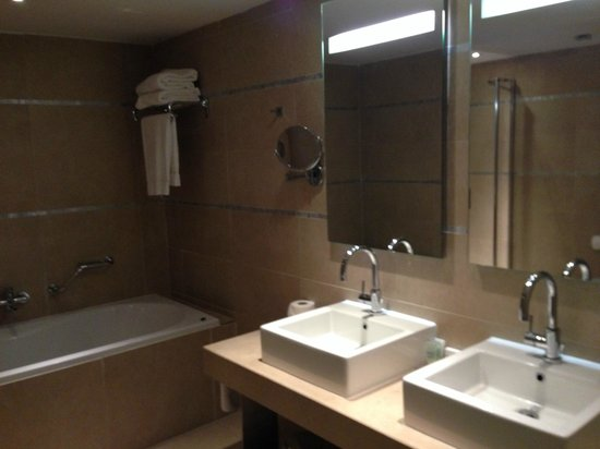 Absolute Hotel: Large bathroom