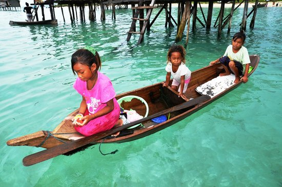 Sabah: children daily chores in their sampan on sea waters
