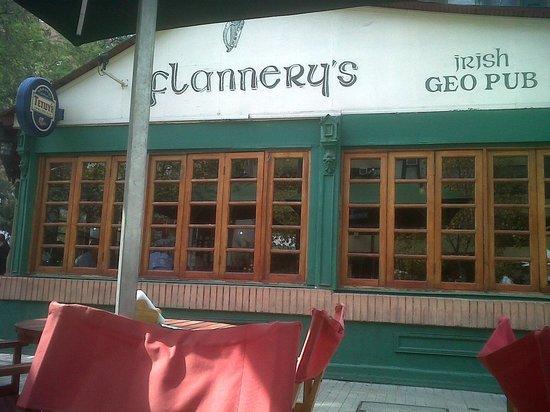 Flannery's Irish Geo Pub: Fachada, tipica irlandesa