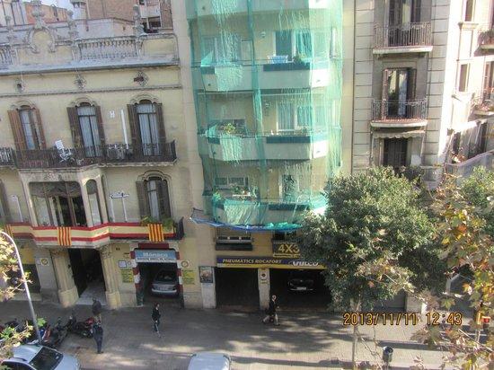 Evenia Rocafort: Окно 407-го номера выходит на тихую улицу.