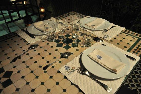 Riad Le Sucrier De Fes: Table servie dans le patio