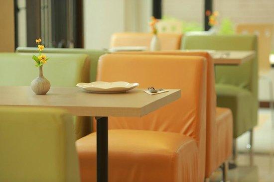 De Hug Hotel & Residence: Cafe' De Hug: A delightful breakfast