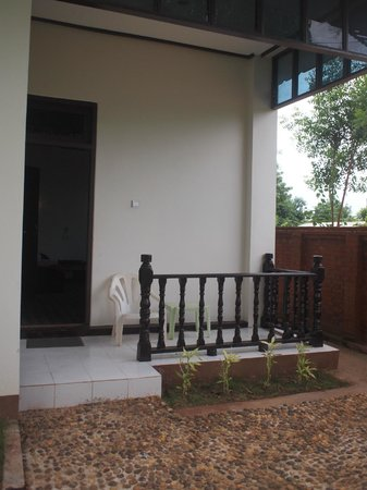 Yun Myo Thu Hotel: Entrance to the room