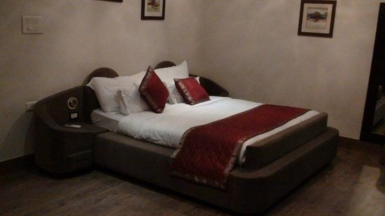 66 Residency-A Boutique Hotel: King Suite Bed