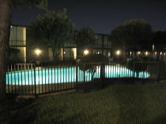 Park Inn by Radisson Houston North & Conference Center: Clean outside pool at night