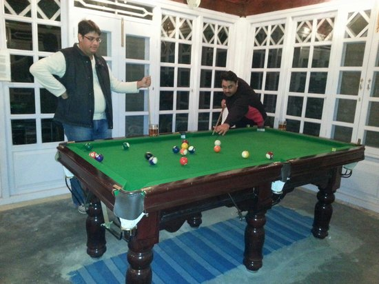 WelcomHeritage Taradale Cottage : Trying a game of snooker