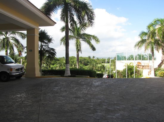 GR Solaris Cancun : Front of the resort looking at the tennis courts on the right and across the street is a golf co