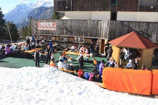 Hotel Canin: la terrazza direttamente sulla pista da sci