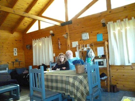 Solares Del Sur: Living comedor en cabaña