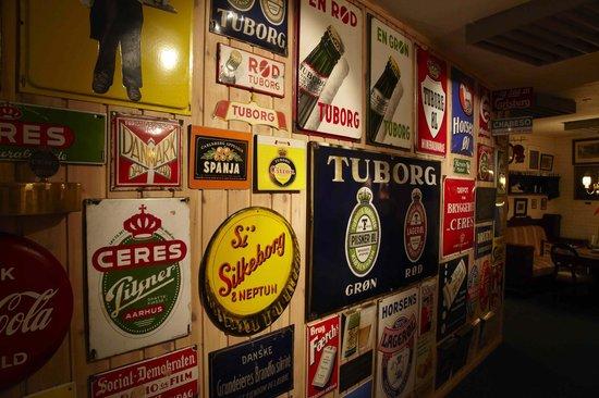 Hotel Laasby Kro: Kroens gange er dekorerede med bl.a. samlingen af emaljeskilte