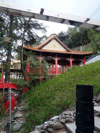 Lishan Guest House: Sitting area on the hotel grounds, great place to relax