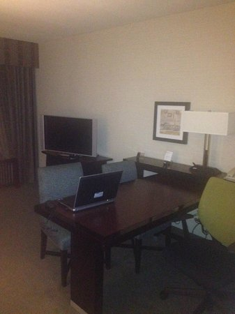 Embassy Suites by Hilton Fort Worth Downtown: Desk Area in Living Room