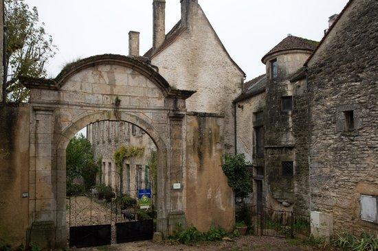 Le Logis Abbatial : Entrance Gateway