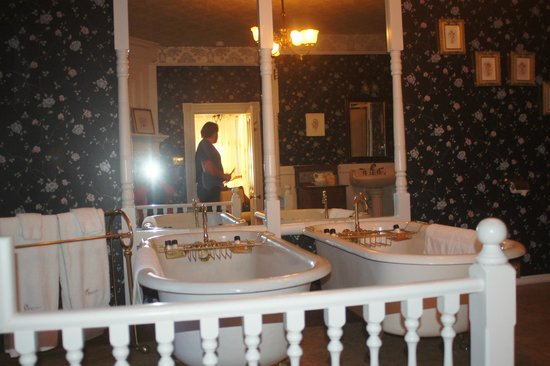 The Gingerbread Mansion Inn: Clawfoot Bathtubs