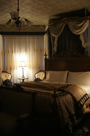 The Gingerbread Mansion Inn: Our bedroom..
