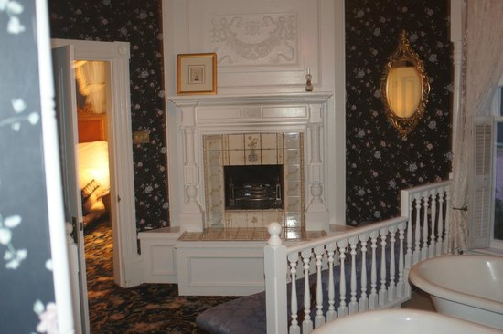 The Gingerbread Mansion Inn: Fireplace in room