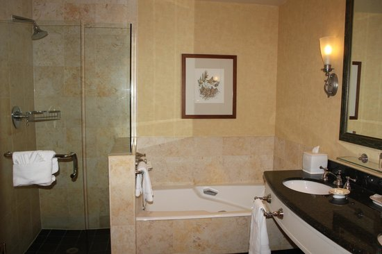 Fairmont Jasper Park Lodge: beautiful bathroom with tub and shower
