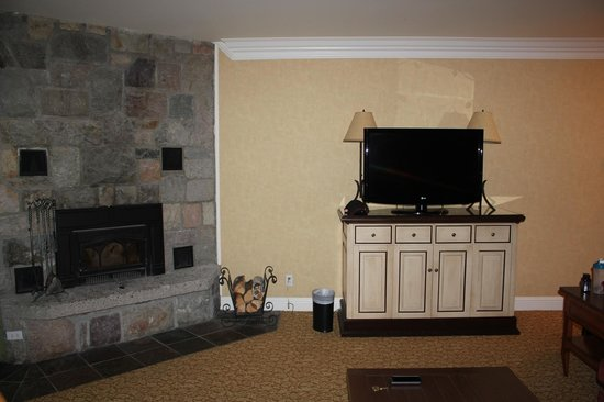 Fairmont Jasper Park Lodge: Living room with TV and fireplace