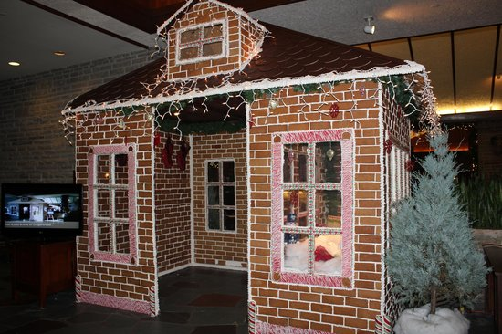 Fairmont Jasper Park Lodge: Huge gingerbread house in the lobby and entrance to the bar/lounge
