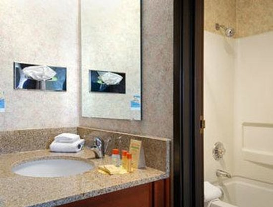 Motel 6 Eau Claire: Bathroom