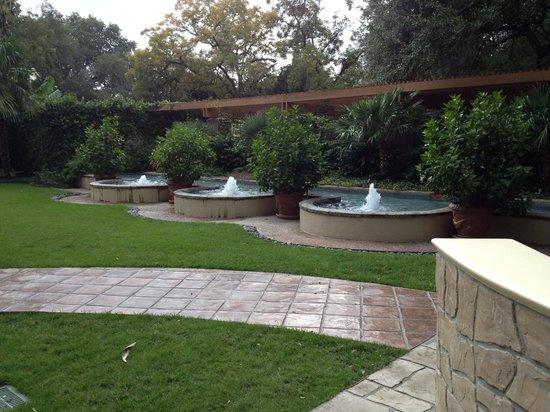Marriott Plaza San Antonio: Fountains in the garden.