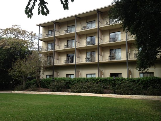 Marriott Plaza San Antonio: Hotel view from the gardens