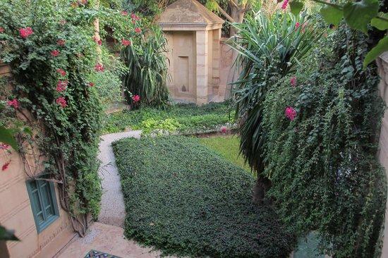 Les Deux Tours : Garden glimpse
